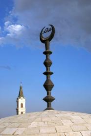 Jerusalem ist die Heilige Stadt der drei großen monotheistischen Weltreligionen - Minarette und Kirchtürmer sind hier unmittelbar nebeneinander liegend anzutreffen.