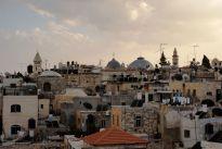 Kirchen, Antennen, Wasserfäßer, SAT-Schüsseln - auf den Dächern Jerusalems ist es beinahe genau so chaotisch wie in den kleinen Marktgässchen.
