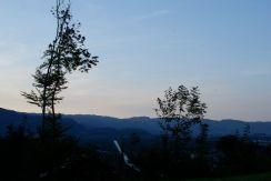 Die Ill und im Hintergrund die Schweizer Berge des Appenzells.