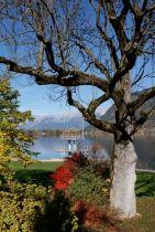 Bunte Bäume, spiegelndes Wasser und klare Luft - ein Traum. Zentral der Sprungturm des Zeller Strandbades.