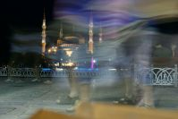 Der zentrale Platz zwischen Hagia Sofia und blauer Moschee ist auch in der Nacht ein beliebter Treffpunkt.
