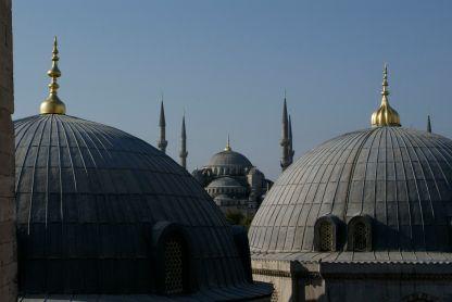 Blick über die Dächer der Hagia Sophia zur Blauen Moschee.