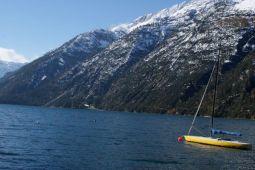 Blauer See und schneebedeckte Berge ...