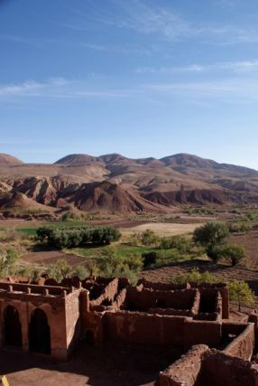 Ausblick von der verfallenen Telouet-Kasbah auf die Anbauflächen des Dorfes und die kargen Berge.