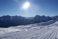 Die Sonne scheint über Scuol und dem Schweizerischen Nationalpark im Engadin.