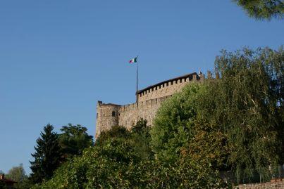 Die Festung oberhalb von Görz - die Flagge wurde extra hoch aufgehängt, damit man sie auch in Jugoslawien gut erkennen kann.