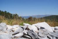 Auf den Hügeln im Umland findet man die Reste der alten Schützengräben - im Tal ist Görz zu erkennen.
