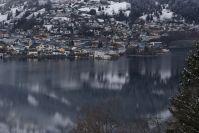 Das Zeller Zentrum spiegelt sich im See.
