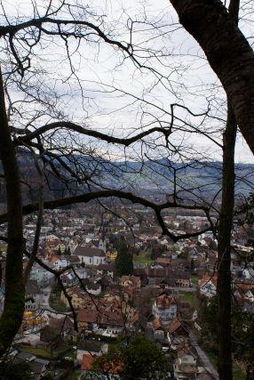 Knapp unterhalb der Burg ein erster Tiefblick nach Götzis.