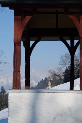Im Hintergrund Schloss Amberg, vorne der Eingang der Kapelle oberhalb des Feldkircher Bahnhofs.