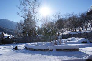 """Eine unserer Katzen, """"Jean-Paul"""", genießt die Wintersonne im tiefverschneiten Garten."""