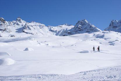 Diese Snowboarder, machen sich gleich auf zum nächsten Anstieg.