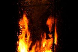 Die Flammen schlagen schnell nach oben -