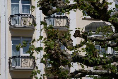 Wunderschöne Balkons auf einem Hotel am Hafen