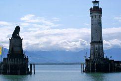 """Die Einfahrt ins Hafenbecken wird vom Leuchtturm und vom """"Bayrischen Löwen"""" begrenzt."""