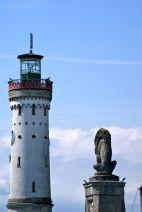 Der bayrische Löwe blickt nicht auf die Uhr am Leuchtturm sondern hinüber zum Schweizer Ufer.