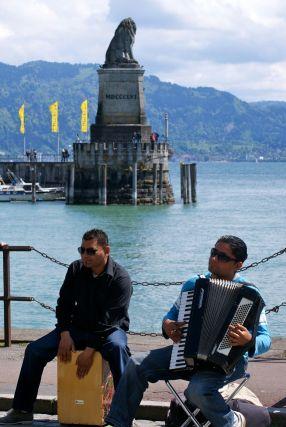 Musiker spielen auf der Promenade.
