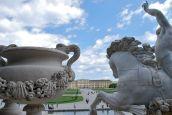 Blick von der Rückseite des großen Neptunbrunnens auf Schloss Schönbrunn.