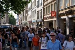 Zwischen Stachus und Marienplatz drängten sich Touristen und Einheimische durch die Einkaufsstrassen.