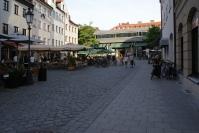 Der Sebastianplatz und die Schrannenhalle am Viktualienmarkt.