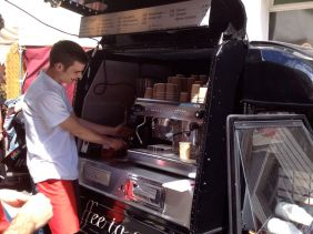 Ein zur Espresso-Bar umgebautes Piaggo Gefährt.