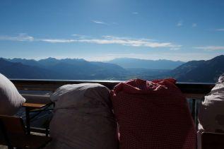 Der Hüttenwirt füllt diese Decken mit frischem Heu.