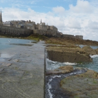 Das Wasser zieht sich vor Saint Malo zurück.