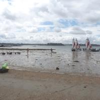 Die Boote werden bei Ebbe auf Anhängern zum Meer gezogen und man startet eben weiter draußen.