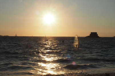 Perfekte Bedingungen bis spät am Abend - dieser Surfer bekommt nicht genug.