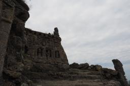 Die Skulpuren bilden Gruppen und Ensembles.