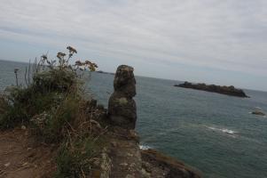 Die Skulpturen blicken meist auf das Meer hinaus.