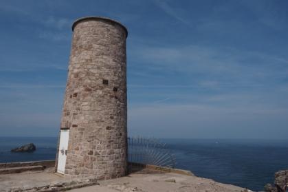 Dieser kleine Turm steht an der Spitze von Cap Fréhel.