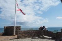 Am Burgfried kann mittels angebrachten Ferngläsern die französische Küste und das Meer beobachtet werden.