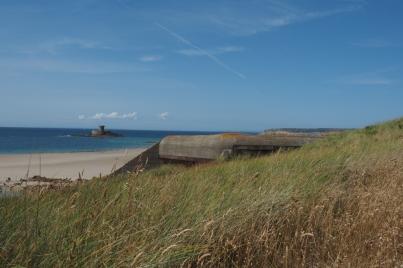 Immer wieder findet man Bunker in den Dünen der Bucht.