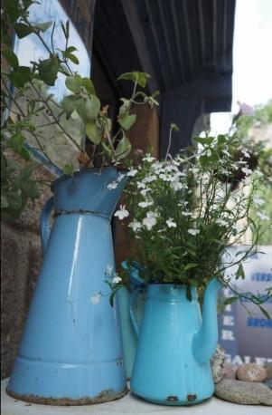 Die schmucken Häuser an der Rue du Jerzual beeindrucken auch mit dem Blumenschmuck.