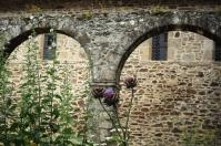 Im Kreuzgang der Abtei von Léhor.