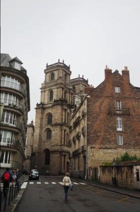 Unweit des Place de Lices liegt auch die Kathedrale.
