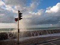 Immer wieder brechen die Wellen über die Mauern und ergießen sich auf die Strassen.