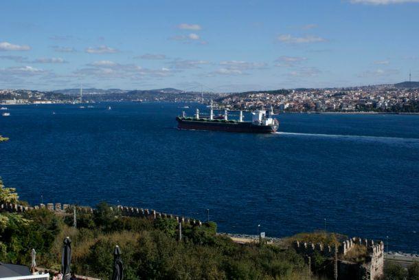 Der Bosporus, mit einem Frachter am Weg zum Schwarzen Meer.  Unterhalb der Mauern im Vordergrund war früher der Endbahnhof des Orient-Express.
