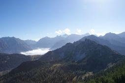 Südlich liegt der Nebel im Brandnertal, aber die Staumauer des Lüner Sees ist erkennbar.