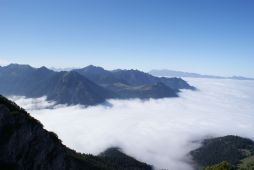 Der Walgau ist mit Nebel bedeckt.