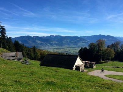 Bei dieser Alp-Hütte ist ein Parkplatz - ab hier gibt es keine Autos mehr.
