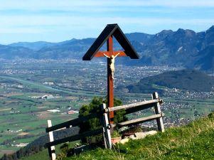 Ein Wegkreuz beim Montlinger Schwamm - mit dem Rheintal im Hintergrund.