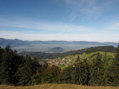 """Blick auf das """"Kriasi-Dorf"""" Fraxern und das Rheintal."""