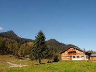 Die Alphütte der Alpe Rona - hier kann man im Sommer beim Käsen zusehen.