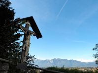 Am Weg hinauf zur Basilika - die Schweizer Berge im Hintergrund.