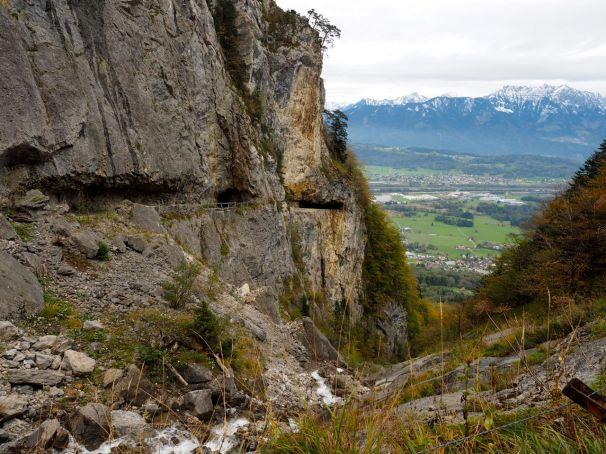 Durch diese Felswände wurde der Weg zur Alpe geschlagen.
