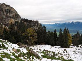 Die verschneiten Alp-Wiesen und im Hintergrund Vorarlberg.