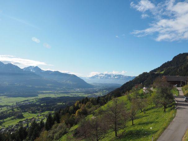 Im Westen auf Frastanz und das Alp-Steinmassiv.