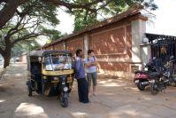 Mit dem Rikscha-Fahrer vor einem Tempel.